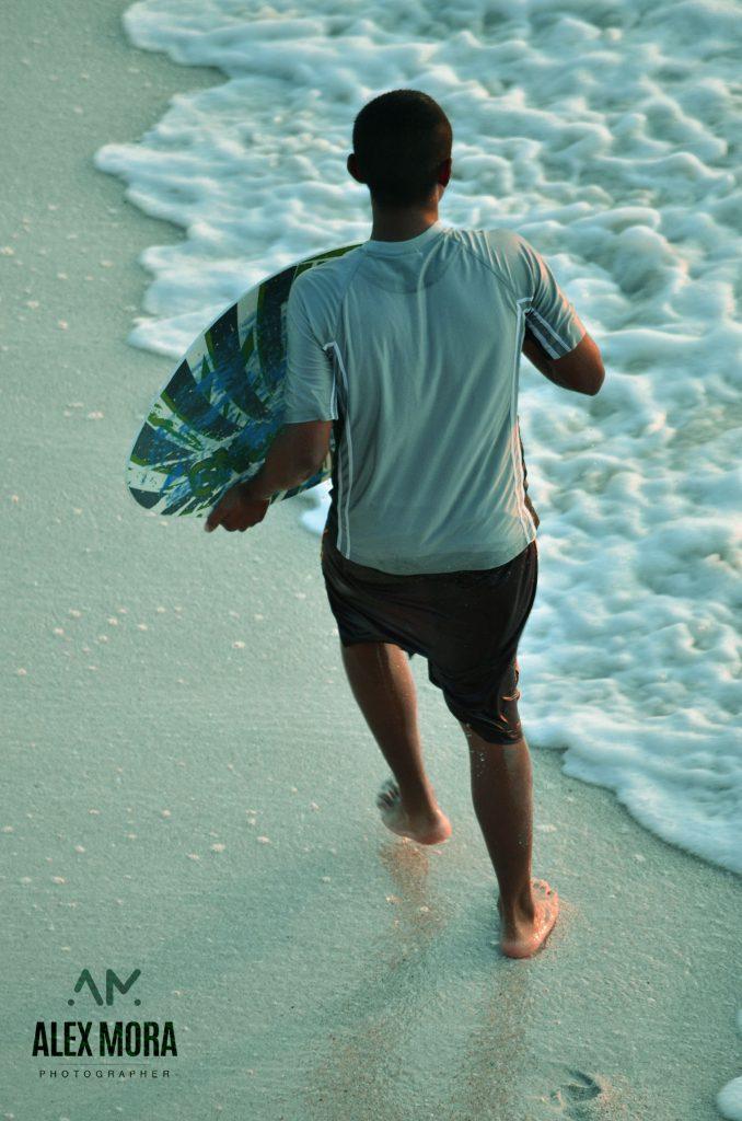 Puerto Vallarta chico divirtiendose en el mar