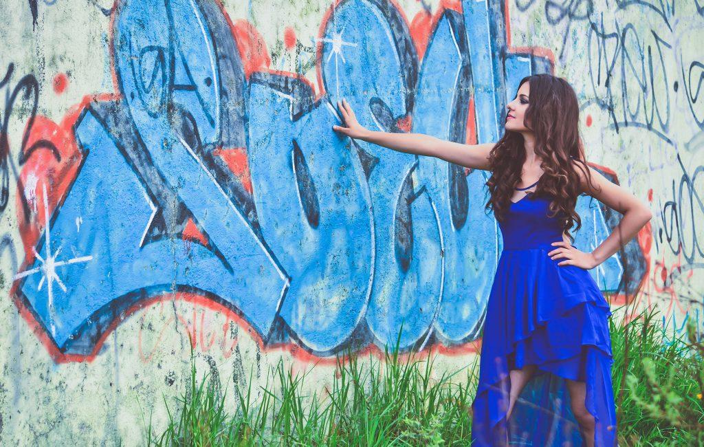 Karen | Sesión fotográfica promocional para video comercial en locación urbana con arte graffiti