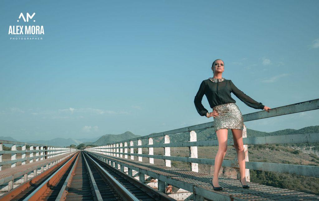 Monse photoshoot para calendario promocional con temática en vías del tren uruapan michoacán méxico