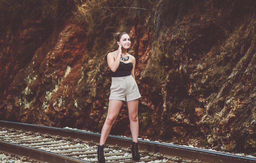 Sesión fotográfica en vías del tren para book de modelaje profesional
